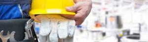 arbeitssicherheit24 - ibp - Sicherheitsprüfungen - Person mit Bauhelm und Handschuhen